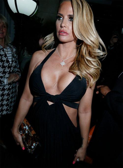 Người đẹp ngực bự Katie Price được coi là Bom sex của nước Anh.