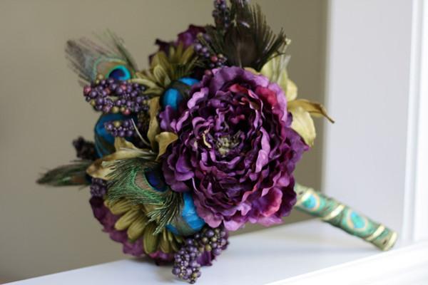 [Caption]Bó hoa cưới của cô dâu hay hoa cầm tay của chú rể sẽ thêm ấn tượng nếu được thêm vào một vài chiếc lông vũ nhỏ.