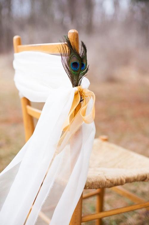 [Caption]Hình ảnh chú chim công và sắc màu xanh đậm nổi bật xuyên suốt trong tất cả các trang trí tại đám cưới.