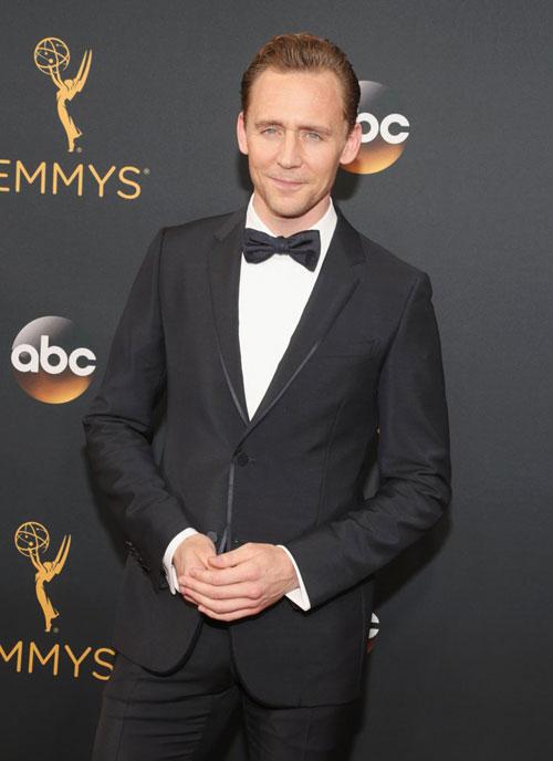 tom-hiddleston-le-bong-tai-le-trao-giai-emmy-sau-khi-chia-tay-taylor-1