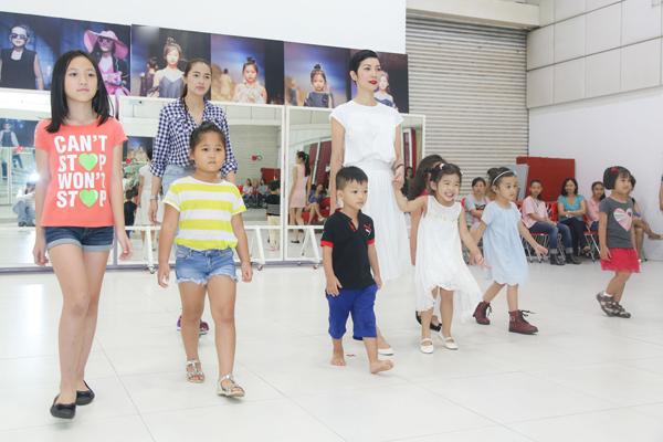 con-gai-xuan-lan-tap-catwalk-cung-me-3