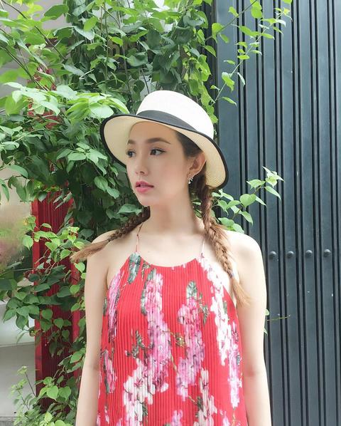 Minh Hằng xinh tươi trong bộ váy hoa đỏ.