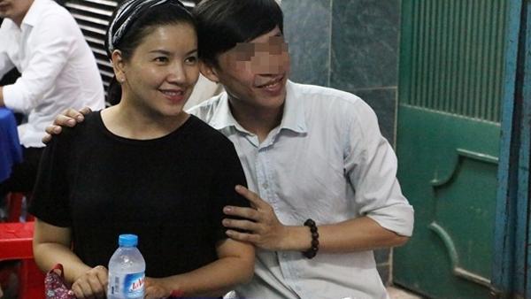 nguoi-dan-chen-lan-truoc-nha-minh-thuan-de-gap-nguoi-noi-tieng-2