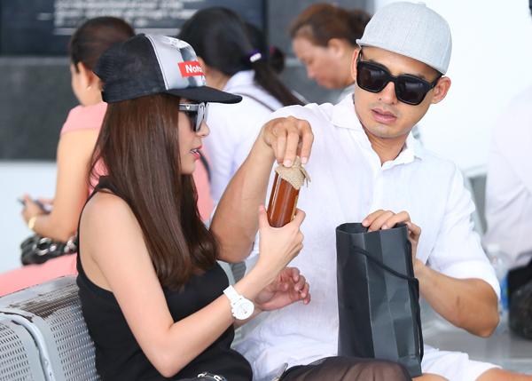 luong-the-thanh-thuy-diem-nam-chat-tay-nhau-o-san-bay-5