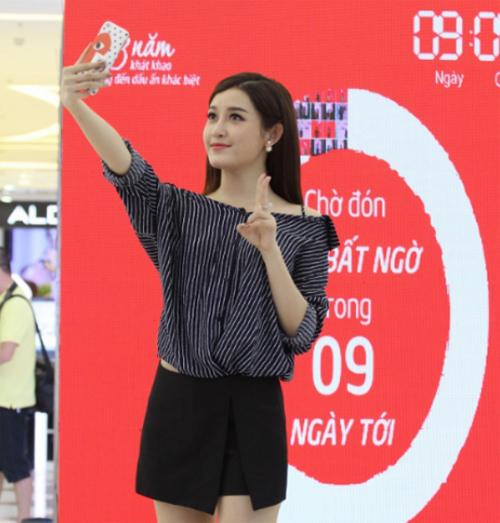 huyen-my-phan-anh-selfie-nhi-nhanh-tai-su-kien-1