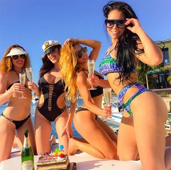 Các cô gái khoe thân hình bốc lửa trong những bộ bikini gợi cảm, cùng nhau thưởng thức sâm panh khi dạo chơi trên biển.