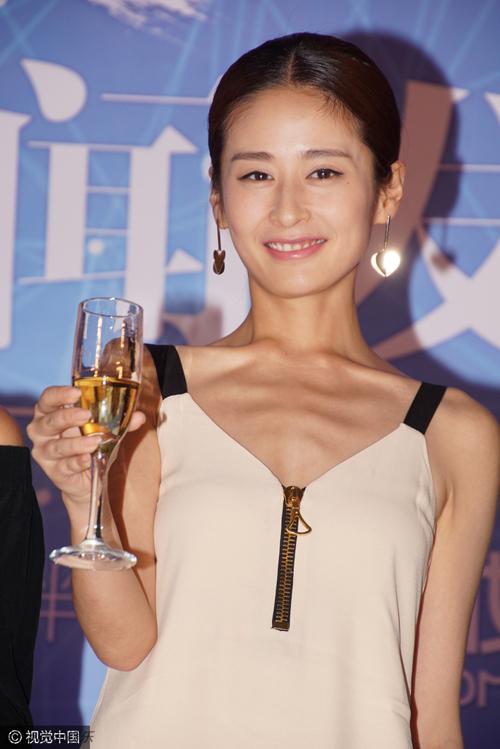 Ngày 20/9, khi tham dự một sự kiện thời trang diễn ra ở Bắc Kinh, Dĩnh Nhi đã