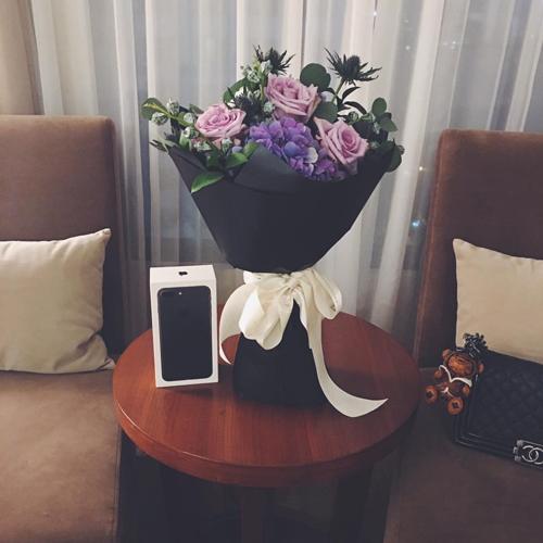 van-mai-huong-duoc-ban-trai-tang-iphone-7-va-hoa-hong