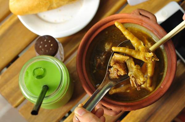 Ngoài thực đơn đa dạng về tào phớ, quán còn có những món ăn vặt khác lạ như bánh kẹp phô mai, và lại vị nữa là món chân gà mật ong. Chân gà được hầm vừa tới, ngấm gia vị, cộng thêm lưỡi heo giòn sần sật, vẫn còn nghi ngút khói khi vừa được mang ra. Đặc biệt, nước hầm ngậy mùi nước cốt dừa, ngọt vị mật ong chấm bánh mì rất tuyệt. Với 36.000 đồng một suất, món ăn này phù hợp cho 2-3 người lúc thời tiết chuyển lạnh. Ảnh: Tào phớ nè.