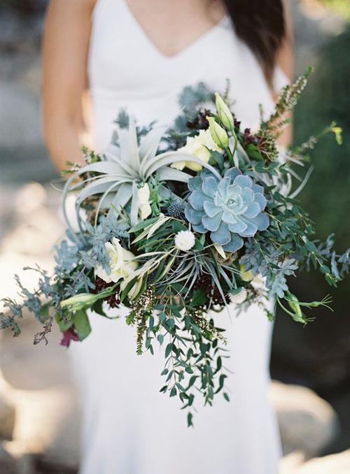 [Caption]Vì kiểu dáng của sen đá cứng cáp, bạn nên chọn thêm lá, hoa nhỏ rủ mềm mại kết kèm, làm bó hoa cưới tự nhiên.