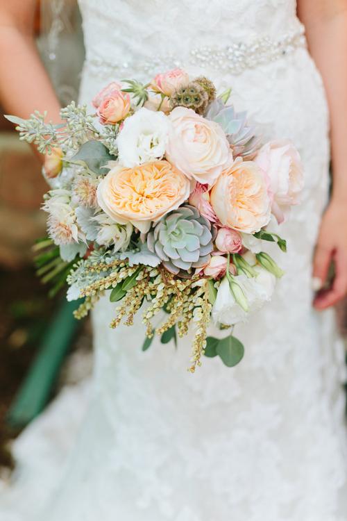 [Caption]Màu xanh của sen đá dễ kết hợp với các loại hoa khác như đỏ, hồng, vàng, cam...