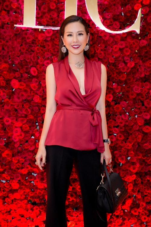 Hoa hậu Thu Hoài xuất hiện sang trọng và rạng rỡ trong bộ trang phục cùng phụ kiện của CH Carolina Herrera.