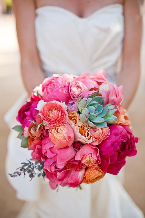 [Caption]Những bông hoa sen đá mang đến vẻ đẹp cứng cáp mà tràn đầy sức sống cho bó hoa cầm tay của cô dâu.