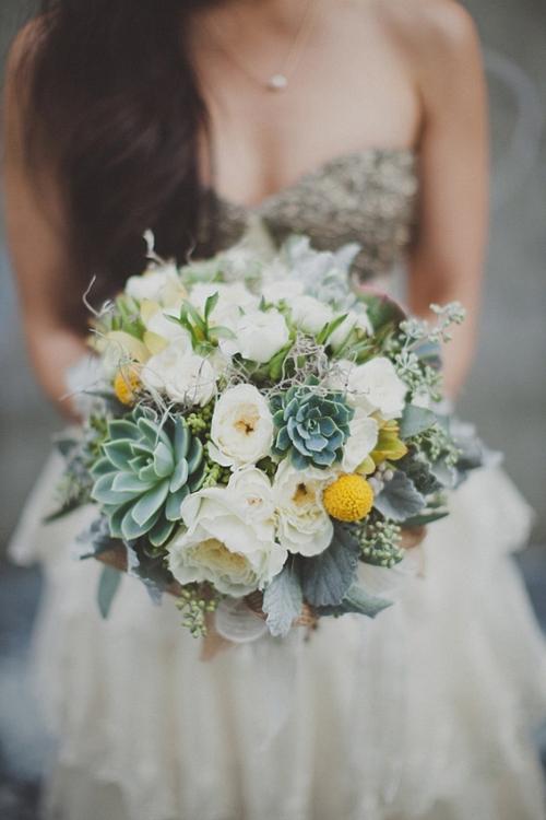 [Caption]Sen đá thích hợp nhất là bó cùng các loại hoa tự nhiên, kiểu thảo mộc để mang đến sự ngẫu hứng, gần gũi.