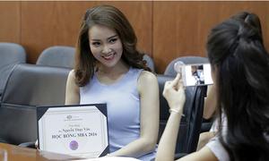 Á hậu Thụy Vân nhận học bổng MBA