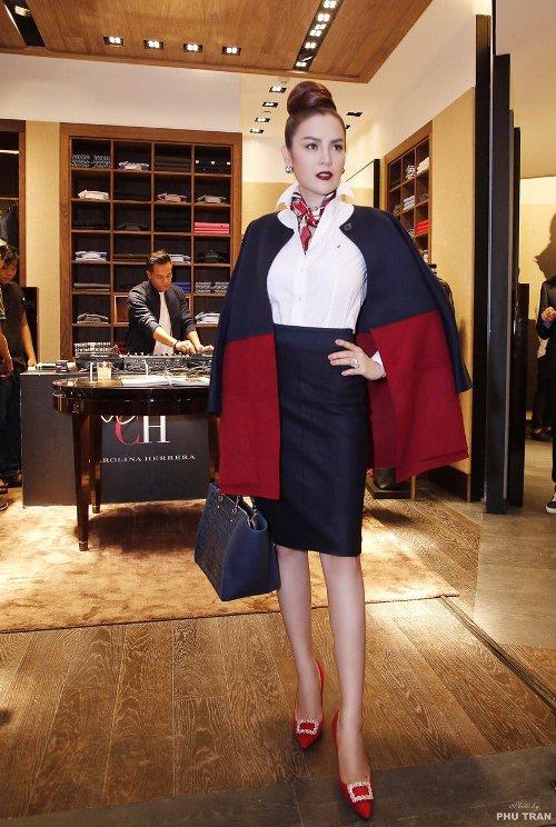 Bộ trang phục và phụ kiện giày, túi của CH Carolina Herrera được Á hậu Phương Lê lựa chọn vô cùng quý phái và thể hiện đậm nét tinh thần của nhãn hàng.