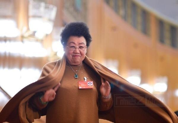Người đàn bà quyền lực Trần Lệ Hoa. Bà Trần sinh năm 1941 và khởi nghiệp với việc kinh doanh, sau đó phất lên trở thành một tỷ phú. Theo ước tính năm 2015 của viện nghiên cứu Hồ Nhuận, khối tài sản của vị tỷ phú này vào khoảngtài sản của bà hiện nay vào khoảng 49,5 tỷ NDT (tương đương 7,8 tỷ USD).