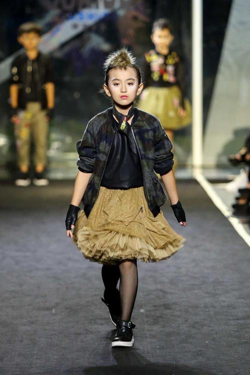 con-trai-than-thuy-ha-tro-tai-catwalk-chuyen-nghiep-3