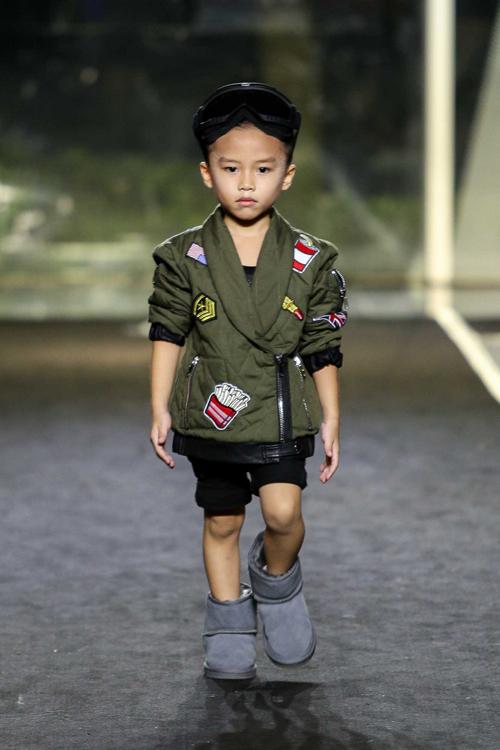 con-trai-than-thuy-ha-tro-tai-catwalk-chuyen-nghiep-9