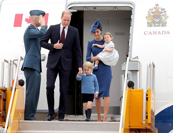 Xuất hiện ở sân bay quốc tế Victoria chiều 24/9, gia đình 4 người của hoàng tử William nhận được sự tiếp đón nồng  nhiệt của