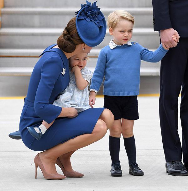 Bà mẹ hai con bế con gái ngồi hẳn xuống để trò chuyện và trấn an George khi cậu bé có chút rụt rè, bất an.  kể từ khi chào đời và lần đầu ra nước ngoài cùng cả nhà, trong khi hoàng tử bé từng đến Australia và New Zealand năm 2014 khi mới 9 tháng tuổi.
