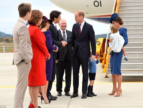 William bắt tay các quan chức ở sân bay nhưng vẫn không quên nắm tay con trai nhỏ.