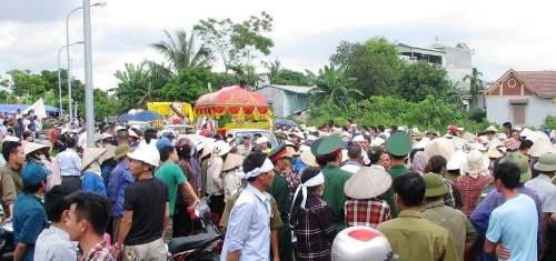 Hàng nghìn người dân phường Phương Nam đến tiễn đưa 4 bà cháu về nơi an nghỉ cuối cùng. Ảnh: Minh Cương.