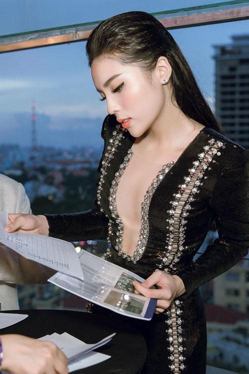 ky-duyen-mac-sexy-di-lam-giam-khao-2
