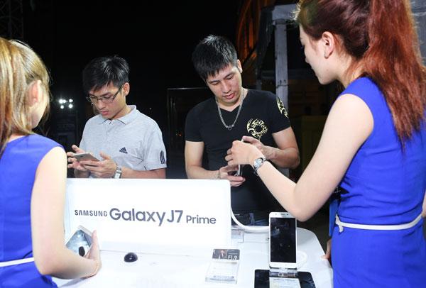 gioi-tre-tp-hcm-hao-hung-tham-gia-su-kien-mo-ban-galaxy-j7-prime-1
