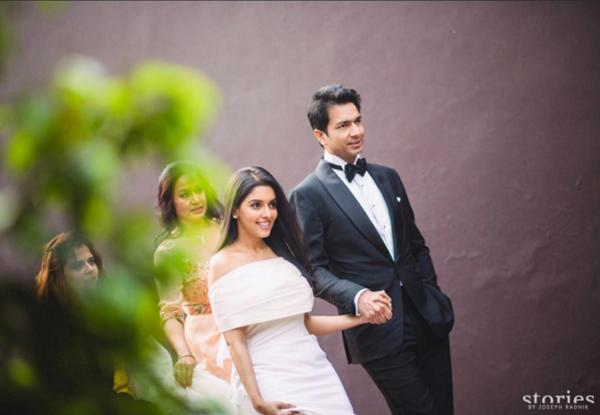 [Caption]Lễ thành hôn của minh tinh nổi tiếng Ấn Độ Asin Thottumkal đã diễn ra vào ngày 19/1/2016 vừa qua, nhưng mới đây, những hình ảnh về đám cưới mới được công bố. Chồng cô, tỷ phú Rahul Sharma, được biết đến là người sáng lập tập đoàn điện tử và công nghệ thông tin Micromax có trụ sở tại thành phố Gurgaon, bang Haryna, Ấn Độ.