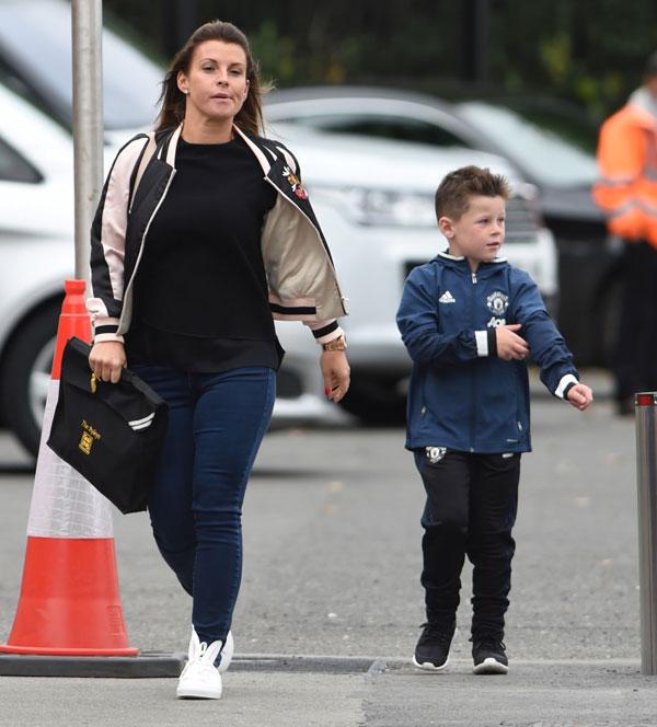 Coleen và bé Kai tới sân Old Trafford cổ vũ