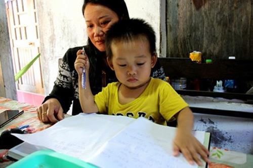 Cậu bé Ngô Đức Thịnh đã biết đọc dù chưa từng học chữ.