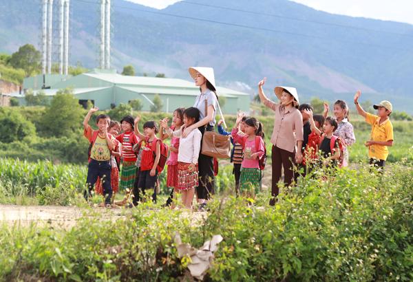 angela-phuong-trinh-lam-co-giao-diu-dang-vung-cao-5