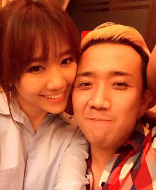 Hari Won và Trấn Thành tình cảm ghé sát khi đi ăn lẩu: Tình hình là mưa bấy bá lạnh lẽo quá! Tụi em đi ăn lẩu nấm cho ấm vậy!!!.