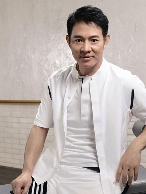 Lý Liên Kiệt được mệnh danh là ông Vua Kungfu trên màn ảnh. Giống như đàn anh Lý Tiểu Long, Lý Liên Kiệt theo học võ thuật từ thuở nhỏ. Năm 11 tuổi, ngôi sao Hoàng Phi Hồng đã giành chức vô địch giải Wushu trẻ toàn Trung Quốc. Từ năm 1975 - 1979, Lý liên tiếp giành nhiều chức vô địch trên khắp các đấu trường võ thuật, tạo nên một kỷ lục chưa từng có và tới nay vẫn chưa ai có thể soán ngôi. Với thế võ đẹp lạ, đúng chất Thiếu Lâm, Lý Liên Kiệt nhanh chóng khẳng định được tên tuổi trong lĩnh vực điện ảnh. Sau khi thành danh, cuộc sống đời tư của Lý trở thành đề tài được giới truyền thông quan tâm. Chuyện tình của siêu sao võ thuật sinh năm 1963 với hai người phụ nữ Hoàng Thu Yến và Lợi Trí trở thành tâm điểm chú ý của khán giả. Sau khi chia tay người vợ đầu Hoàng Thu Yến, Lý tái hôn với người đẹp Lợi Trí - Hoa hậu châu Á 1986. Cặp đôi có với nhau hai người con gái. Thời hoàng kim đi qua, hiện tại Lý Liên Kiệt đang phải chống chọi với bệnh tật cường tuyến giáp. Hình ảnh tiều tụy và già nua của Lý Liên Kiệt khiến nhiều người lo lắng. Dù bệnh tật song ngôi sao võ thuật vẫn tỏ thái độ rất lạc quan. Ở tuổi 53, nam diễn viên gạo cội mở trung tâm Thái cực thiền và trực tiếp giảng dạy với mục đích mong mọi người trân trọng hơn sức khỏe của bản thân.