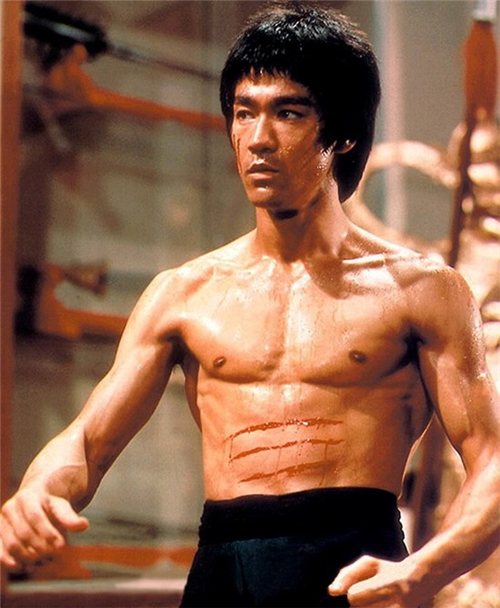 Nhắc đến võ thuật Trung Quốc không thể không nhắc tới cái tên Lý Tiểu Long. Ngôi sao họ Lý được coi là huyền thoại trong những huyền thoại của võ thuật Trung Hoa. Thậm chí, tạp chí Black Belt - Mỹ  còn gọi Lý Tiểu Long là Kungfu chi vương của thế giới. (Lý Tiểu Long nổi tiếng với loạt phim Kungfu ở Mỹ). Nổi tiếng, tài năng song Lý Tiểu Long lại qua đời ở tuổi 32 vì chứng phù não. Tới nay, cái chết của ngôi sao Long tranh Hổ đấu vẫn là đề tài gây nhiều tranh cãi.