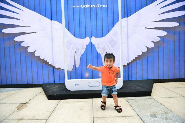 Nhiều khách hàng thích thú trải nghiệm những hoạt động thú vị diễn ra tại sự kiện. Lễ hội Selfie chất hết sẩy cùng Samsung Galaxy J7 Prime là sự kiện mở bán tân binh J7 được tổ chức nhằm hướng đến đối tượng khách hàng trẻ trung, cá tính. Hàng trăm khách hàng đã đến điểm mở bán sản phẩm tại Crescent Mall từ sáng sớm 23/9. Trước khi mở bán, con số đặt hàng mẫu điện thoại này đã lên đến 10.000 máy. Vào ngày đầu mở bán, đã có 4.000 chiếc J7 được giao hàng trên toàn quốc tại cùng thời điểm, trong đó có hơn 200 máy được giao ngay tại Crescent Mall.