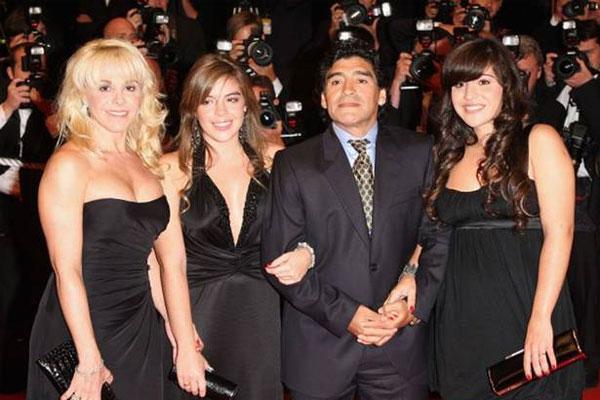 Maradona bên vợ cũ Claudia Villafane và hai con gái