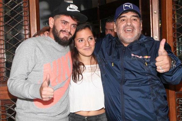 Cựu danh thủ Argentina bên hai con rơi vừa thừa nhận là Diego Junior và Jana