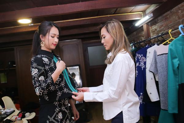 Ca sĩ nhờ nhà thiết kế Anhha chọn cho mình những bộ cánh đẹp, phù hợp với hình ảnh của một người dẫn dắt show thời trang.