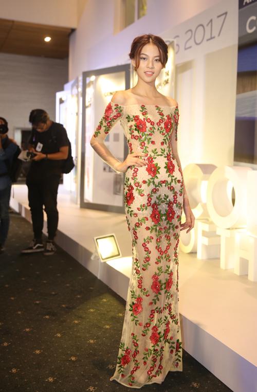 Phí Phương Anh quyến rũ với váy thêu hoa rực rỡ.