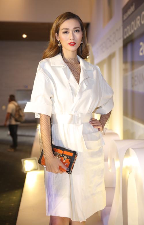 Khánh My chọn phong cách hiện đại bằng cách sử dụng kiểu váy măng tô hợp mốt thu đông.