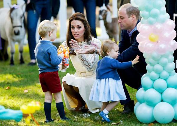 Hoàng tử George và em gái hôm 29/9 cùng với 24 em bé khác là con của các quân nhân Canada tham dự một bữa tiệc ở Goverment House, nơi họ đang ở trong chuyến công du kéo dài 8 ngày ở Canada.