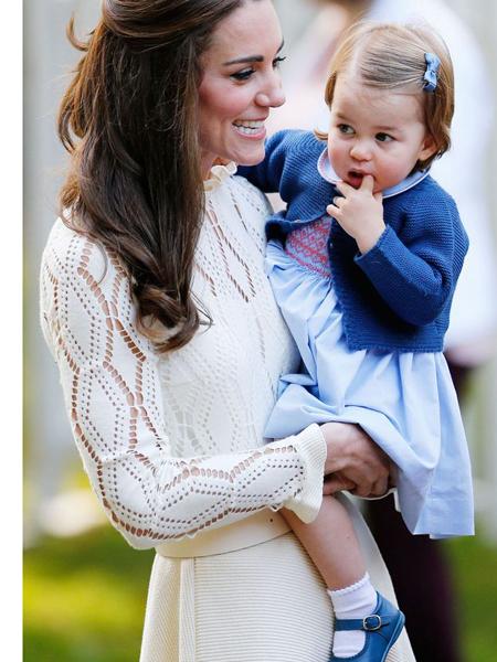 Tiểu công chúa xinh xắn với chiếc váy màu xanh da trời, đi kèm áo khoác của hãng Pepa & Cos, tóc kẹp nơ cùng màu.
