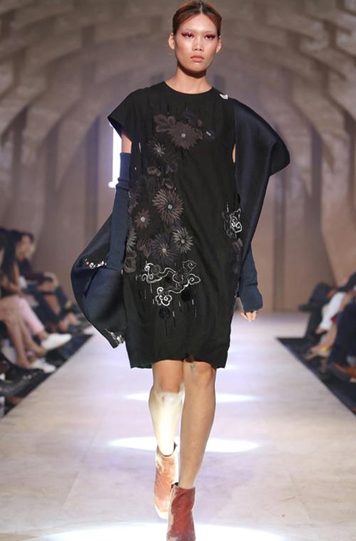 Các trang phục xây dựng trên chất liệu thiên nhiên được sản xuất tại Việt Nam như cotton, bố, kaki, linen, vải đũi, lụa, taffta, vải dệt từ sợi gai truyền thống.