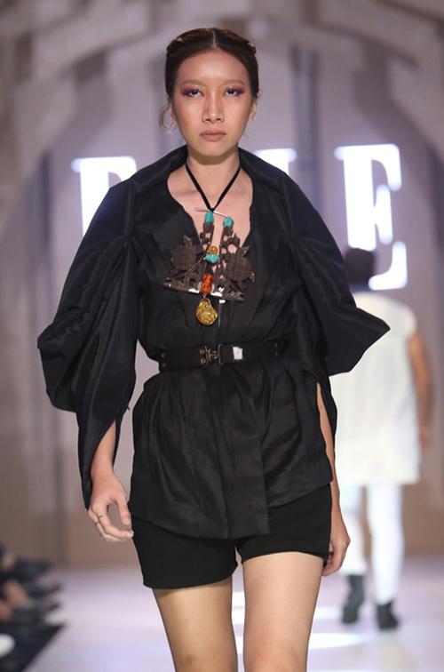 Hoạ tiết chủ đạo xuyên suốt các thiết kế là mây trong vốn cổ, gấm in đồng tiền, hoa hình học được thể hiện trên trang phục bằng những mũi thêu thủ công.