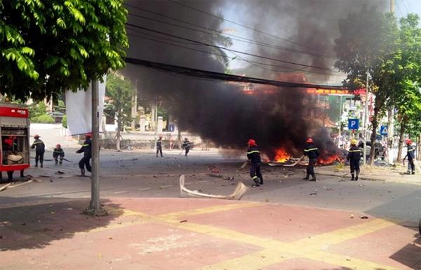 Bên trong taxi khi vụ nổ xảy ra có tài xế Đặng Văn Trung (30 tuổi, trú TP Cẩm Phả) và một khách nam chưa rõ danh tính, hai người đều đã tử vong. Hàng chục lính cứu hỏa cùng xe chuyên dụng có mặt tại hiện trường khống chế ngọn lửa. Ảnh: Báo Quảng Ninh