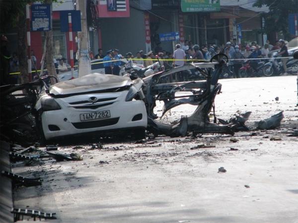 Chiếc taxi 4 chỗ chỉ còn phần đầu không bị vỡ vụn.