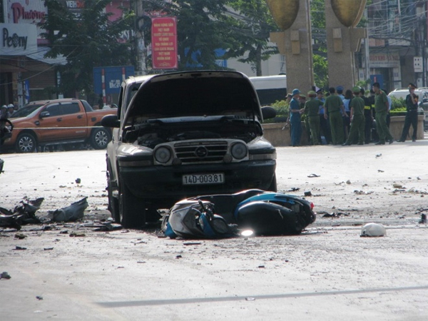Cùng thời điểm xảy ra vụ nổ taxi, một chiếc ôtô 5 chỗ cùng chiếc xe máy chạy hướng Hạ LongCẩm Phả vừa đi đến, chịu sức ép vụ nổ khiến phương tiện hư hỏng, người trên xe được đưa đi cấp cứu.