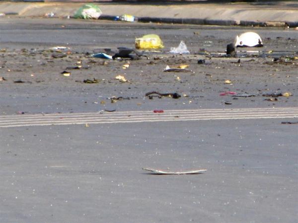 Nhiều mảnh vỡ văng tung tóe khắp đường.